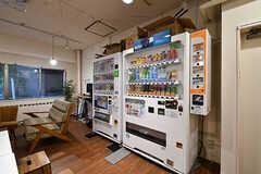 自動販売機の様子。(2017-11-08,共用部,LIVINGROOM,1F)