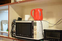 電子レンジやポット、トースターなどの家電類はラウンジ側で使えます。(2017-11-08,共用部,KITCHEN,1F)