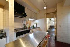 キッチンの様子2。中央には作業台も設置されています。(2017-11-08,共用部,KITCHEN,1F)