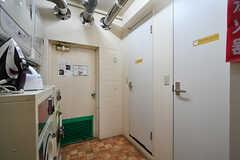 ランドリースペースの様子。ドアの先はシャワールームです。(2017-11-08,共用部,LAUNDRY,1F)