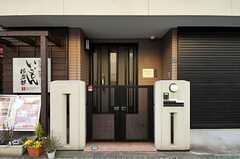 シェアハウスの正面玄関。玄関の左手には、併設するお好み焼き屋さんの入口があります。(2012-02-09,周辺環境,ENTRANCE,1F)