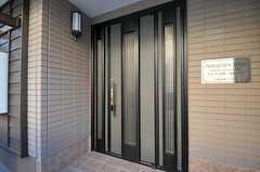 シェアハウスの玄関ドアの様子。(2012-02-09,周辺環境,ENTRANCE,1F)