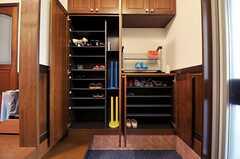 靴箱は部屋ごとに使えるスペースが分かれています。ブーツスタンドは、ひとり1つずつ用意されています。(2012-02-09,周辺環境,ENTRANCE,1F)