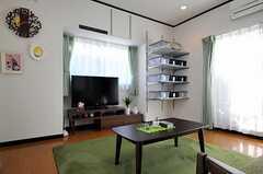 奥の棚には、部屋ごとに分けられた収納ボックスが並んでいます。(2012-02-09,共用部,LIVINGROOM,2F)