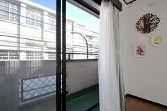 リビングの掃き出し窓からベランダに出られます。向かいには高校があります。(2012-02-09,共用部,LIVINGROOM,2F)