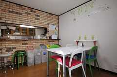 ダイニングは、レンガ調の壁紙や、ウォールステッカーで装飾されています。(2012-02-09,共用部,LIVINGROOM,2F)
