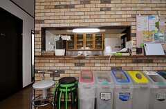 キッチンカウンターには、分別がわかりやすいゴミ箱が用意されています。左手のドアがリビングです。(2012-02-09,共用部,KITCHEN,2F)