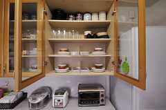 食器棚は、部屋ごとに収納スペースが区切られています。(2012-02-09,共用部,KITCHEN,2F)