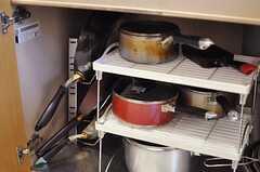 シンク下には鍋類が保管されています。フライパンは立てて収納できます。(2012-02-09,共用部,KITCHEN,2F)