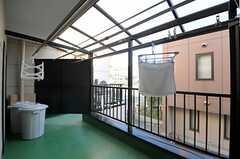 屋根付きのベランダには、物干し竿が設置されています。(2012-02-09,共用部,KITCHEN,2F)