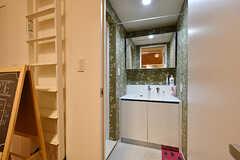 脱衣室の様子。洗面台が設置されています。(2017-05-19,共用部,BATH,1F)