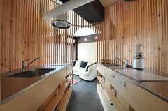 キッチンの様子。ルーバーに囲まれた不思議な空間。(2012-09-05,共用部,KITCHEN,4F)