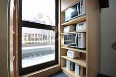 キッチン家電の様子。ドアからはベランダに出られます。(2012-09-05,共用部,LIVINGROOM,4F)