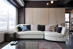 ソファは大人数で座れるタイプ。(2012-09-05,共用部,LIVINGROOM,4F)