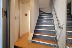 玄関から見た内部の様子。階段脇のドアの先にリビングがあります。(2015-01-15,周辺環境,ENTRANCE,3F)