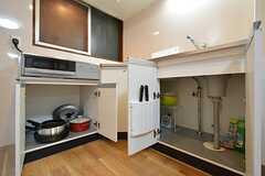キッチン下の収納には、共用の鍋やフライパンが収納されています。(2016-03-14,共用部,KITCHEN,2F)
