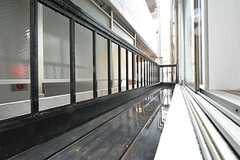 窓からの様子。物干し竿を設置予定とのこと。(205号室)(2016-03-14,専有部,ROOM,2F)