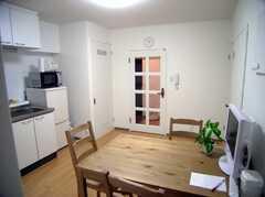 反対側から見たシェアハウスのラウンジ(2007-07-15,共用部,LIVINGROOM,9F)