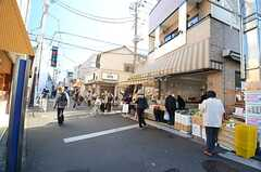 家の前の商店街には、行列のできるお店がいくつかあります。(2015-12-01,共用部,ENVIRONMENT,1F)