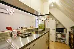 キッチン全体の様子2。冷蔵庫脇にはキッチン家電が置かれています。ポータブルIHコンロも1台置かれています。(2014-10-06,共用部,KITCHEN,4F)