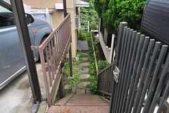階段を下りた先に玄関があります。(2014-06-25,共用部,OUTLOOK,1F)