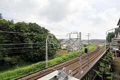 玄関からは小田急線が眺められます。(2014-06-25,周辺環境,ENTRANCE,1F)