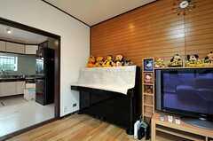シェアハウスのリビングの様子4。ピアノは電子ピアノに変わる予定。(2011-01-20,共用部,LIVINGROOM,1F)