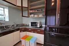 ゴミ箱と食器棚の様子。(2011-01-20,共用部,KITCHEN,1F)