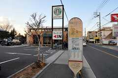最寄りのバス停までは徒歩1分。(2011-01-20,共用部,ENVIRONMENT,1F)