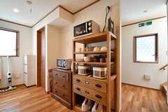 キッチン家電と食器棚の様子。奥にシャワールームがあります。(2016-10-18,共用部,KITCHEN,1F)