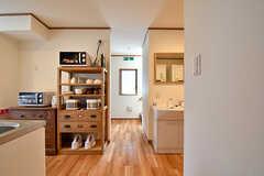 廊下を挟んでキッチンと水まわりのスペースに分かれています。(2016-10-18,共用部,OTHER,1F)