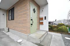 玄関ドアの様子。(2017-03-02,周辺環境,ENTRANCE,1F)