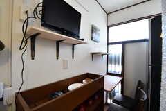 キッチンの対面は収納棚です。収納棚の上の棚にはTVが置かれています。(2017-06-01,共用部,KITCHEN,1F)
