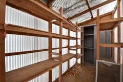 収納スペースの様子2。奥の物置も使用できるとのこと。(102号室)(2017-06-01,専有部,ROOM,1F)
