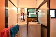 洗面台と洗濯機の様子。(2017-07-13,共用部,LAUNDRY,1F)