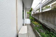シェアハウスの玄関は白い階段の先です。(2018-09-18,周辺環境,ENTRANCE,1F)
