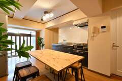 ダイニングテーブルの向かいはキッチンです。(2018-09-18,共用部,LIVINGROOM,1F)