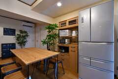 食器棚と冷蔵庫の様子。(2018-09-18,共用部,KITCHEN,1F)