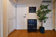 壁にはコミュニケーションボードと収納棚が設置されています。(2018-09-18,共用部,OTHER,1F)