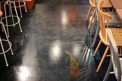 床は濃いブルー。コイが泳いでいるようなペイントがユニークです。(2013-07-22,共用部,LIVINGROOM,)