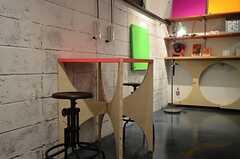 カフェテーブルの様子。ラウンジの各所に置かれたユニットを組み合わせて作られています。(2013-07-22,共用部,LIVINGROOM,)