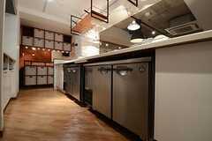 キッチン下は業務用の冷蔵庫です。(2013-07-22,共用部,KITCHEN,)
