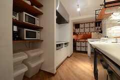 作業台の対面にIHコンロとキッチン家電があります。(2013-07-22,共用部,KITCHEN,)