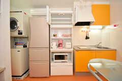 シェアハウスのランドリーとキッチン家電の様子。(2010-04-09,共用部,LIVINGROOM,1F)