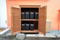 専有部ごとに用意された玄関横のゴミ箱の様子。(2010-04-09,共用部,OTHER,1F)