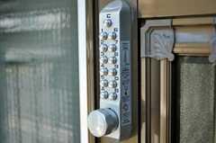玄関の鍵はナンバー式。(2010-06-17,共用部,OTHER,1F)