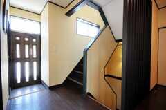 階段の様子。玄関は非常口です。(2010-06-17,共用部,OTHER,2F)