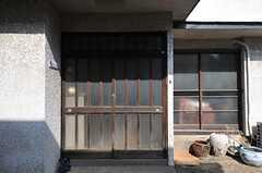 シェアハウスの正面玄関。木製の引き戸です。ガラガラ。(2013-03-08,周辺環境,ENTRANCE,1F)