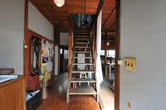 正面玄関から見た内部の様子。正面に階段、右手にリビングがあります。(2013-03-08,周辺環境,ENTRANCE,1F)