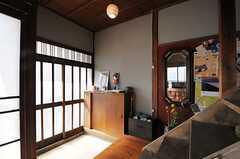 内部から見た玄関周辺の様子。(2013-03-08,周辺環境,ENTRANCE,1F)